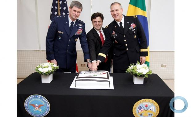 American General Consul Mr Ricardo Zuniga witho Maj. Gen. Mike T. Plehn, Chief of Staff, U.S. Southern Command, and Brig. Gen  Anthony W. Potts, Deputy Commander  RDECOM, cut the commemorative cake. Photo US Consulate SP